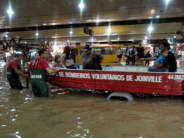 Bombeiros usam barco para resgatar moradores em Joinville (Foto: Humberto Reis/Divulgação)