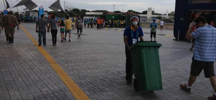 Homem da limpeza com óculos estiloso não parava um minuto (Foto: Bruno Willemon)