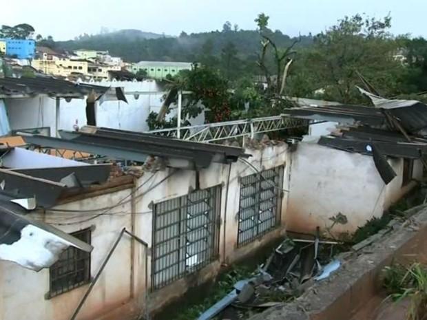 Galeria de lojas ficou destruída por causa do temporal (Foto: Reprodução/TV TEM)
