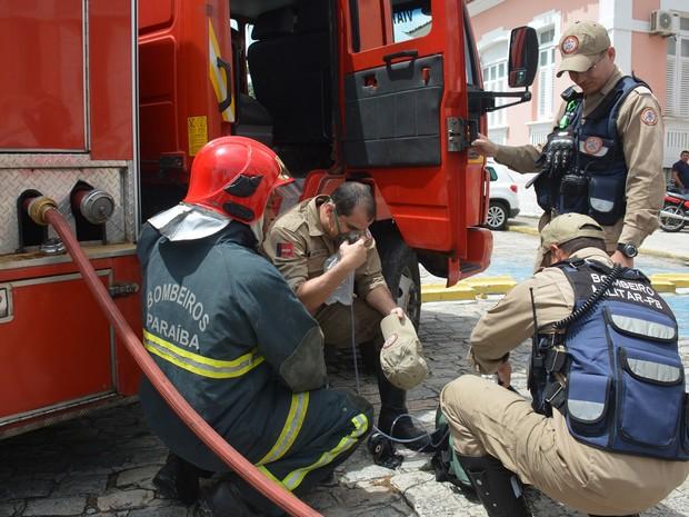 Bombeiro que ajudou a combater fogo recebeu atendimento do lado de fora do hospital (Foto: Walter Paparazzo/G1)