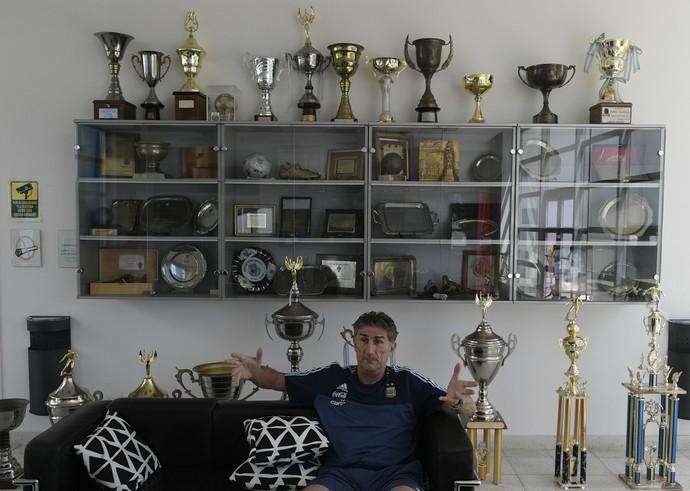 Bauza diante de troféus na entrevista para a AFP na sede da seleção argentina (Foto: Juan MABROMATA / AFP)