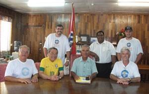 O presidente do Kiribati, Anote Tong (centro), recebe a equipe brasileira em expedição na pequena ilha. À esquerda, Orlando Perez (Foto: Arquivo pessoal/Orlando Perez)