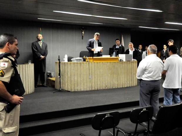 Juiz faz leitura de sentença no júri da morte do bailarino Igor Leonardo Lacerda Xavier. Um dos réus foi condenado o outro absolvido  (Foto: Raul Machado / TJMG)