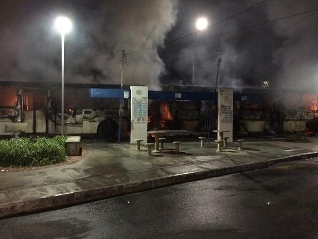 Ônibus são incendiados no bairro do Pero Vaz, em Salvador, Bahia (Foto: Giana Mattiazzi/ TV Bahia)