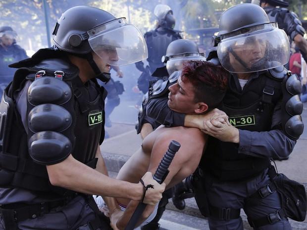 Policiais militares prendem ativista durante protesto na Tijuca, na Zona Norte do Rio (Foto: Leo Correa/ AP )