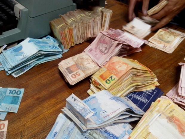 Maior parte do dinheiro estava escondida em um sofá (Foto: Carlos Alberto Soares / TV TEM)