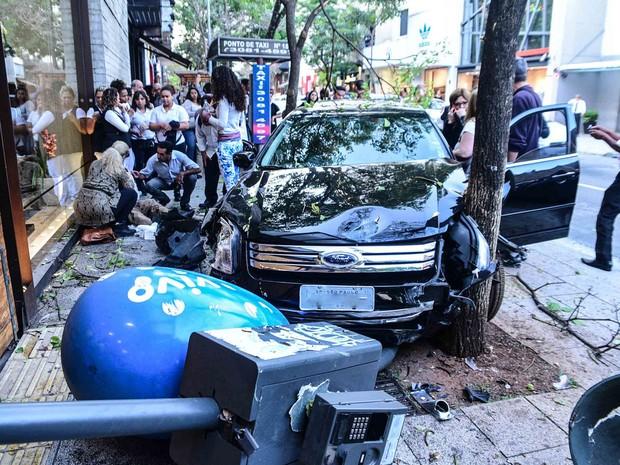 Motorista pedeu o controle do carro e atropelou ponto de táxi e derrubou orelhão na Rua Oscar Freire (Foto: Leo Franco)
