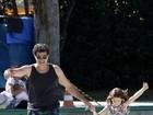 Eduardo Moscovis anda de patins com a filha na Lagoa, no Rio