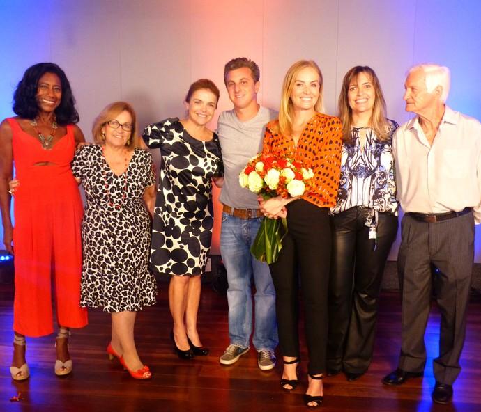 Luciano Huck e a família da apresentadora no 'Estrelas' (Foto: Paula Oliveira/Gshow)
