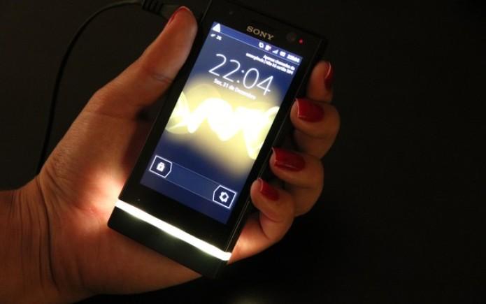Xperia U chama atenção pela barra luminosa do aparelho (Foto: TechTudo)