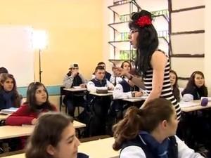 Professor se veste de Amy Winehouse para lecionar (Foto: Reprodução/RBS TV)