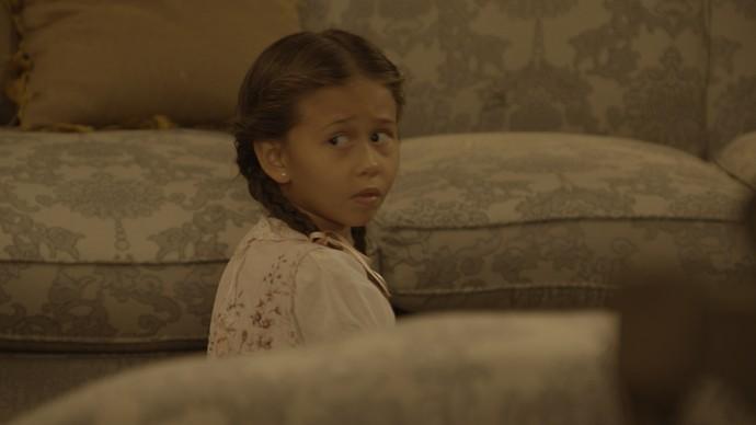 Alice, a caçula da família, sofre com os conflitos entre o pai e a mãe (Foto: TV Globo)