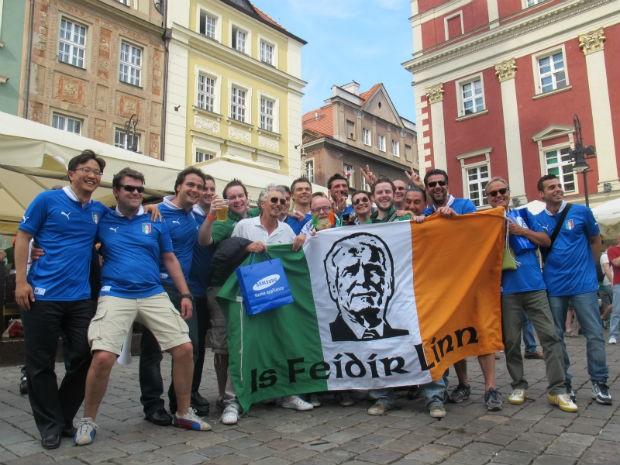 Fãs italianos e irlandeses juntos com uma bandeira estampada com o rosto do técnico Giovani Trapattoni, treinador da Irlanda que nasceu na Itália (Foto: Marcos Felipe / GLOBOESPORTE.COM)