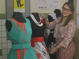 Assessora de inclusão confere peças para o desfile (Foto: Karynne Katiuzia )