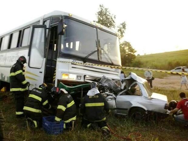 Vítima ficou presa nas ferragens e bombeiros abriram o carro para retirá-la (Foto: Ermenson Rodrigues/Panorama Notícias/Cedida)