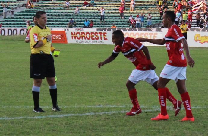 Eduardo e Fabinho no jogo contra Palmas (Foto: Abdias Bideh/GloboEsporte.com)