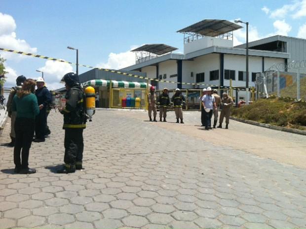 Bombeiros estão na fábrica (Foto: Adneison Severiano/G1 AM)