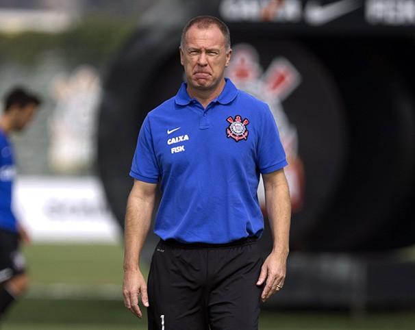 O técnico Mano Menezes comanda a equipe contra o Fluminense (Foto: Daniel Augusto Jr/Agência Corinthians/reprodução Globoesporte.com)