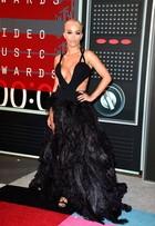 Rita Ora aposta em saia feita de plumas preta com fenda até a coxa