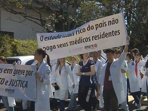 Médicos residentes protestaram em Botucatu (Foto: Reprodução/TV TEM)