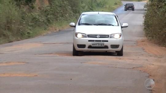Motoristas se queixam de estrada esburacada na BA-283, sul do estado