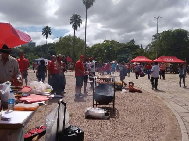 Em Porto Alegre, militantes do Partido dos Trabalhadores (PT), se reuniram no Parque Farroupilha, em Porto Alegre (Foto: G1 RS)