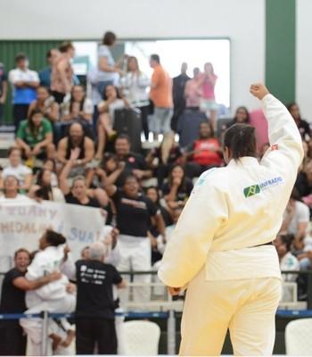 Reação campeão feminino Grand Prix Interclubes de judô 2015 - maria suelen altheman (Foto: Paulo Pinto)