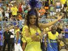 De vestido curtinho, Juliana Alves exibe calcinha comportada em ensaio
