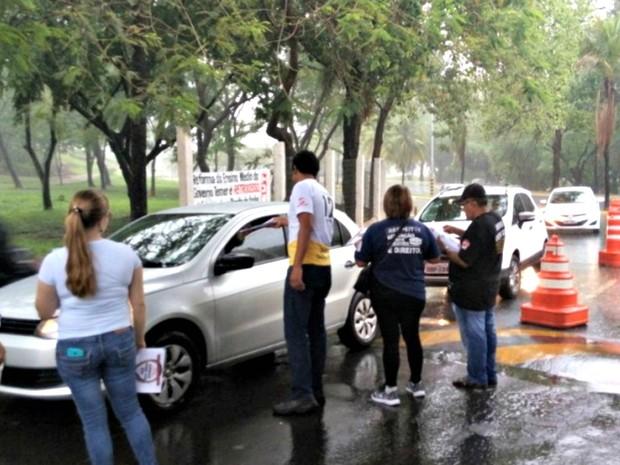 Na guarita do campus da UFMT, grevistas distribuíram panfletos contra a PEC (Foto: Assessoria/ Sintuf-MT)