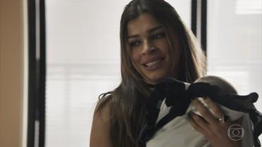 Lívia fica encantada com o bebê de Clara