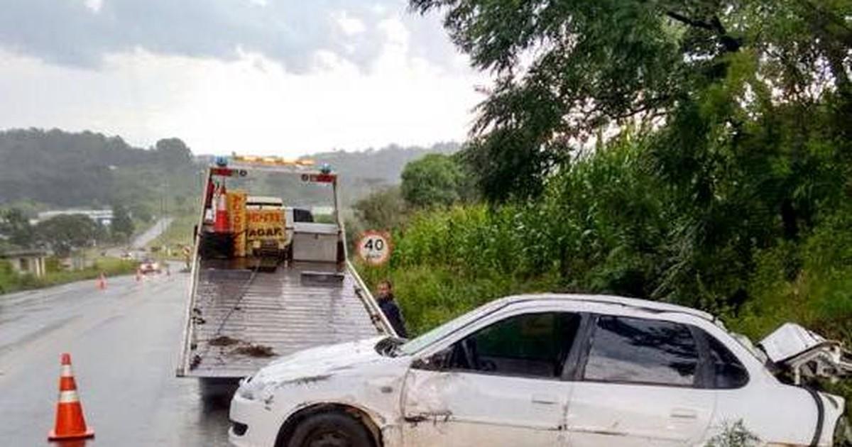 Carro bate em pedra, capota e motorista morre no Oeste de SC - Globo.com