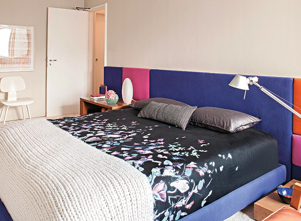 Em seu quarto de 5,90 x 3,50 m, a arquiteta Carolina Rocco optou por valorizar o desenho retangular do ambiente. Projetou uma cabeceira comprida, formada por placas estofadas revestidas de lã de alfaiataria (Foto: Victor Affaro/Casa e Jardim)