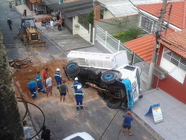 Caminhão da Sabesp tomba durante obra em Itapecerica da Serra (Foto: Matheus Leitão/Vc no G1)