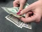 Dólar fecha abaixo de R$ 3,30, em mais um dia de interferência do BC