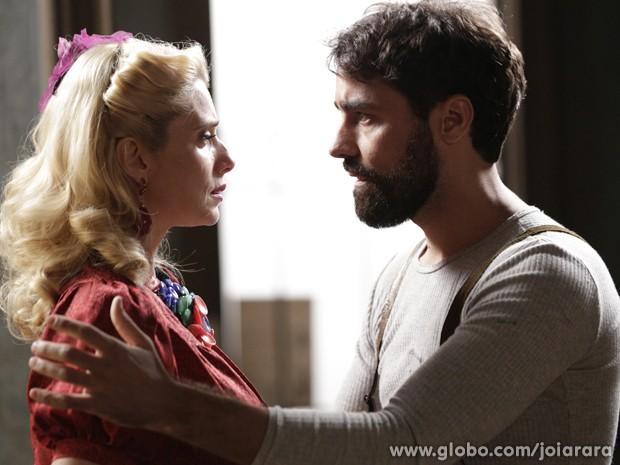 Lola desabafa com Fabrício e portuga tenta beijá-la (Foto: Fábio Rocha/ TV Globo)