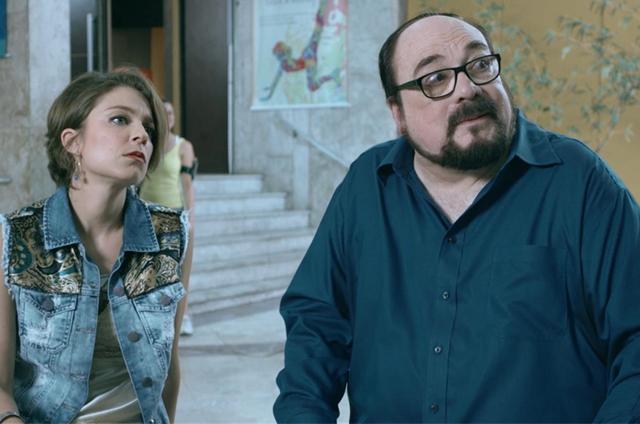 A atriz Silvia Lourenço e o crítico de cinema Rubens Ewald Filho na série 'Prata da casa' (Foto: Divulgação)