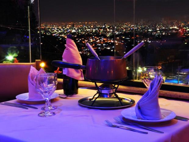 Uma das opções mais tradicionais para o dia dos namorados é o Green Garden. O restaurante, que fica quase no topo da Serra da Cantareira, na Zona Norte de São Paulo, possui uma ampla vista panorâmica da cidade. Situado a cerca de 1 mil metros do nível do  (Foto: Fabiano Correia/ G1)