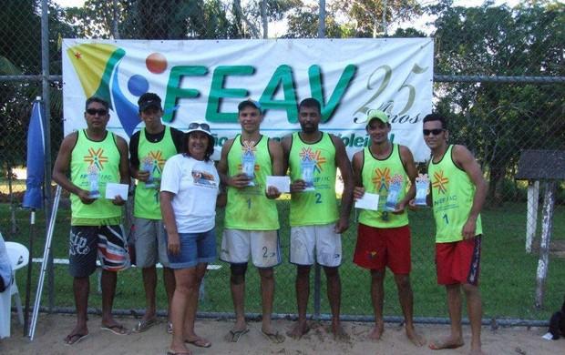 Duplas masculinas vencedoras do Open de Vôlei de Praia. (Foto: Divulgação/FEAV)