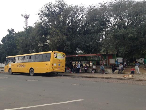 Casal foi assaltado em poto de ônibus de Viamão (Foto: Rafaella Fraga/G1)