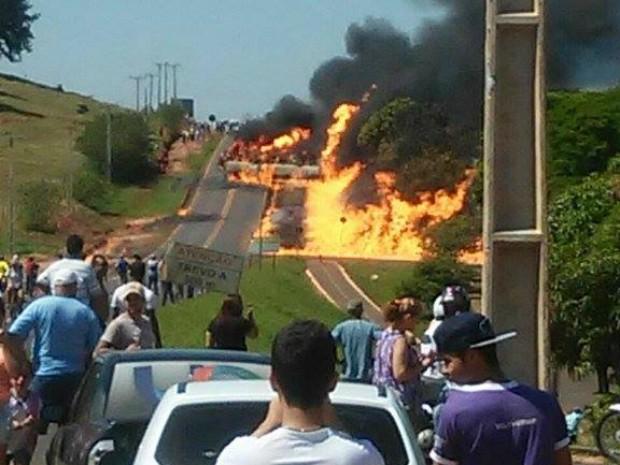 Combustível em chamas se espalhou por bueiros (Foto: Arquivo Pessoal/Danielly Wendy)