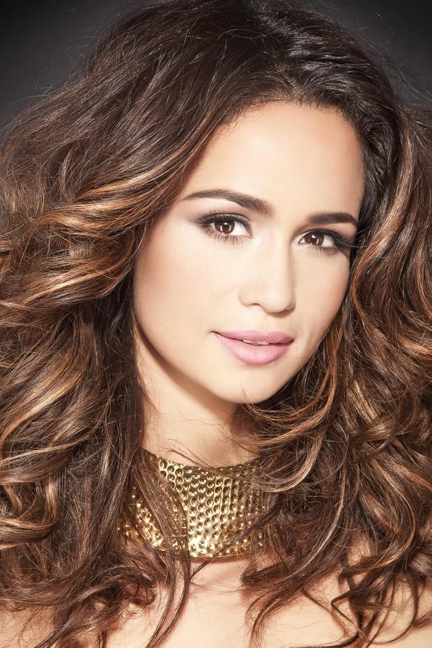 Nanda Costa aparece toda produzida em revista de cabelos