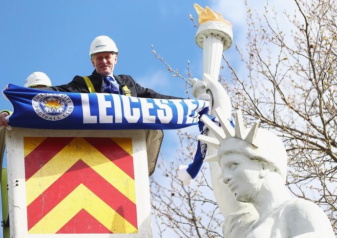 Sir Peter Soulsby, prefeito de Leicester, coloca faixa em estátua  (Foto: Getty Images)