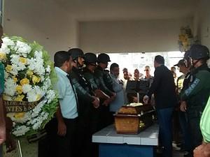 Policial civil Tatiana foi velada e enterrada no Cemitério de Casa Amarela, no Recife (Foto: Antônio Coelho / TV Globo)