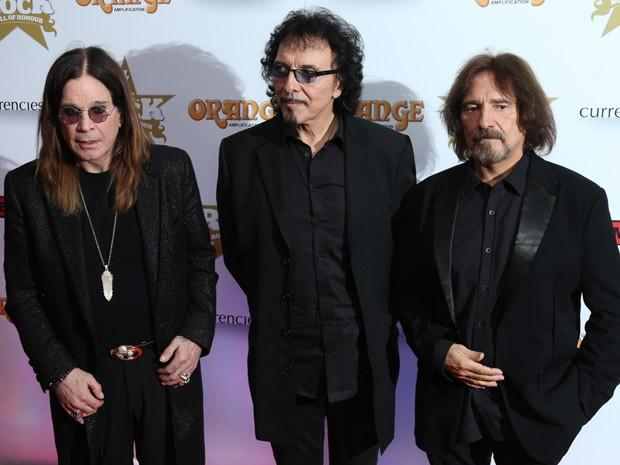Da esq. para dir., Ozzy Osbourne, Tony Lomi e Geezer Butler, do Black Sabbath, durante festa da Classic Rock Roll of Honour Awards 2013 (Foto: Joel Ryan/Invision/AP)