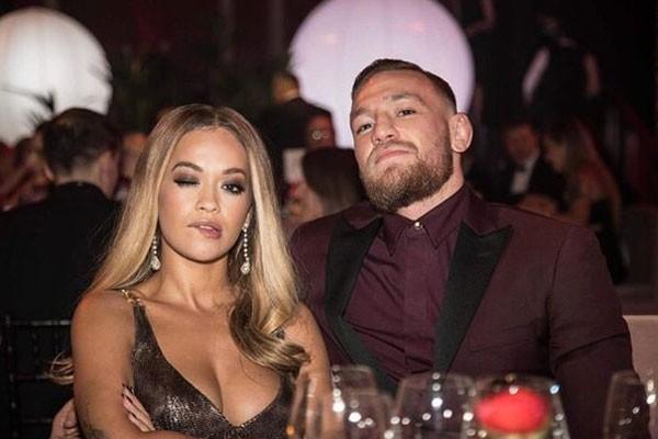 A cantora e o lutador conversaram bastante durante o British Fashion Awards (Foto: Reprodução/Twitter)