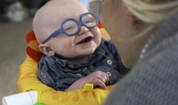 Bebê sorri em vídeo ao ver sua mãe pela primeira vez depois de receber óculos (Foto: Reprodução)