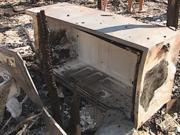 Moradores perderam eletrodomésticos e objetos pessoais (Foto: Reprodução/TV TEM)