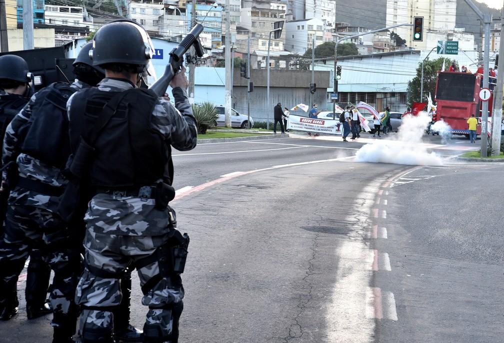 Polícia impediu bloquei de via usando bombas de efeito moral nos protestos em Vitória (Foto: Fernando Madeira/ A Gazeta)