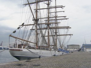 O veleiro Cisne Branco, da Marinha do Brasil, está aberto para visitação nesta quinta-feira (25), das 14h às 17h. A embarcação, encomendada para as comemorações dos 500 anos do Descobrimento do Brasil, exerce funções diplomáticas e de relações públicas. A (Foto: Reprodução/TV Tribuna)