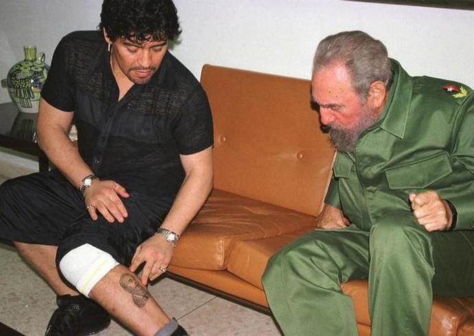 Maradona tatuagem Fidel Castro em outubro de 2001 (Foto: Reuters)